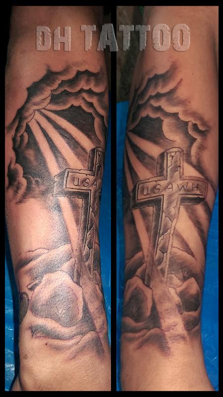tattoo kreuz oberarm tattoo religioso preto e branco tero. Black Bedroom Furniture Sets. Home Design Ideas